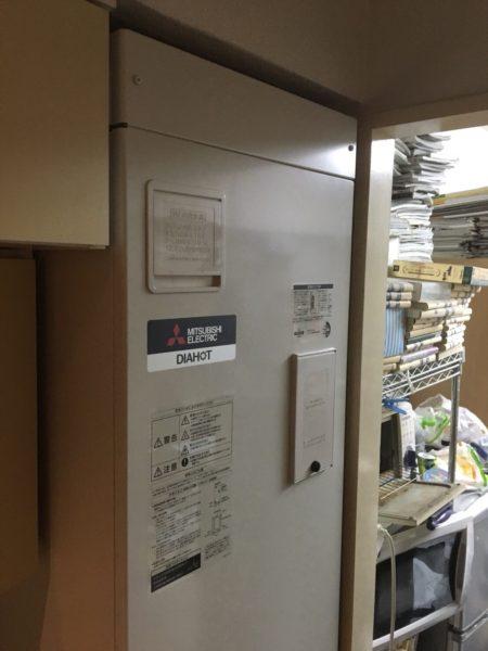 世田谷区の1Rマンションでの電気温水器交換です。ナショナル『DH-1501D』⇒三菱『SRG-151E-R』